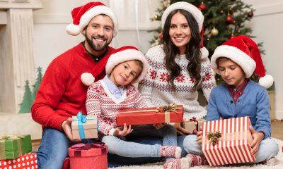 Семья отмечает Рождество